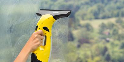 Usisavanje prozora pomoću Kärcher usisivača za prozore