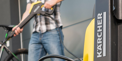 How does a pressure washer work?